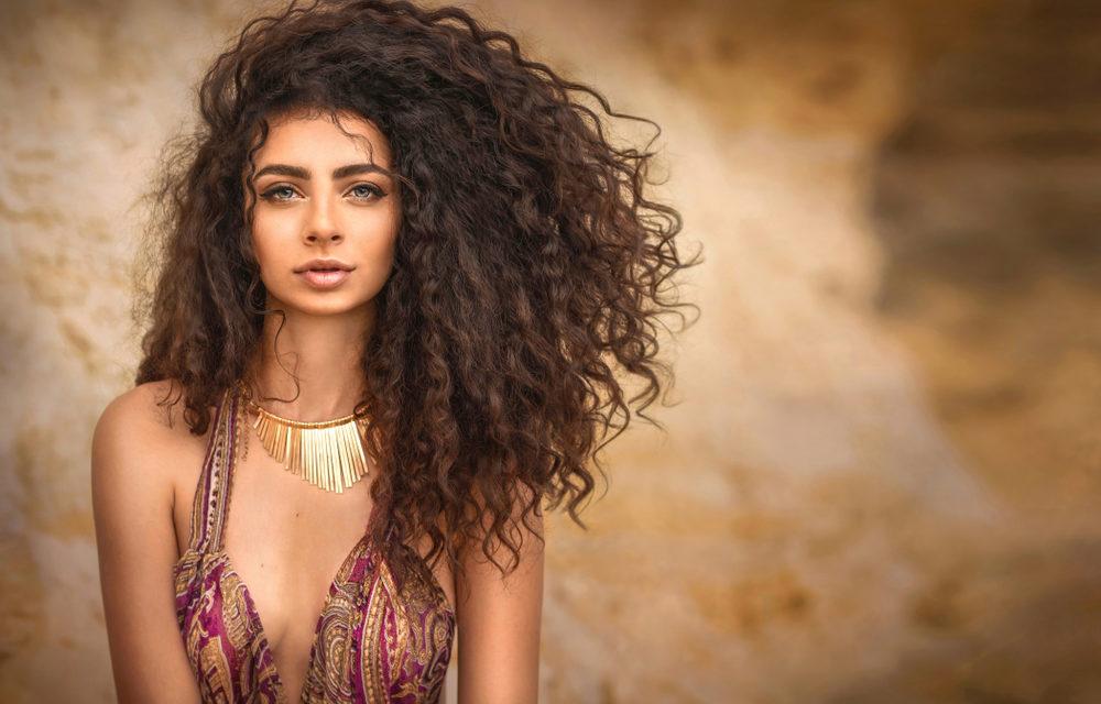 Pourquoi les hommes préfèrent-ils les femmes avec des cheveux épais ?